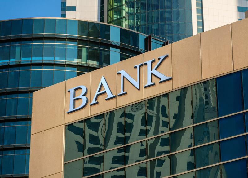Bankgebäude mit verspiegelter Fensterfront